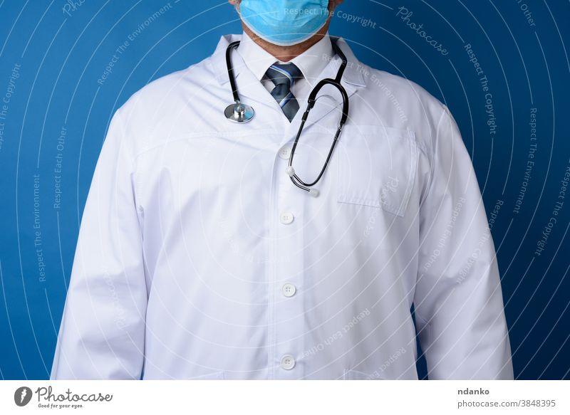 Arzt im weißen Kittel steht auf blauem Hintergrund Erwachsener Kardiologe Pflege Kaukasier Klinik Mantel Kompetenz Vorderseite Gesundheit Gesundheitswesen