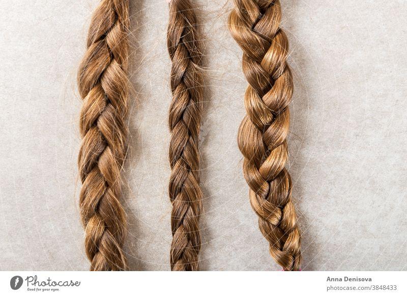 Lange Haare schneiden als Spende für Krebs-Wohltätigkeitsorganisation Behaarung Geldgeschenk Pferdeschwanz Zopf schenken geduldig Konzept weiß Geflecht geben