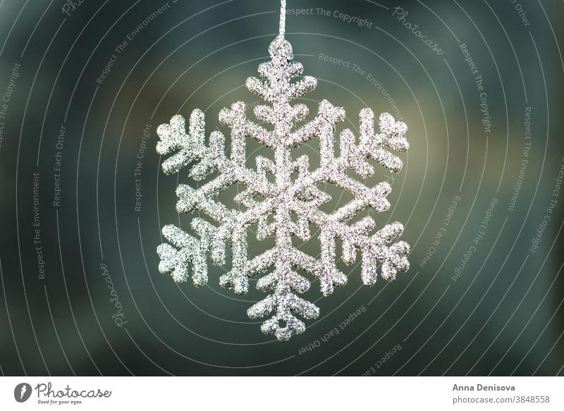 "Nahaufnahme der Schneeflocke ""Shining Christmas Weihnachten Bokeh abstrakt unscharf Unschärfe defokussiert Dekoration & Verzierung Feiertag festlich Symbol neu"