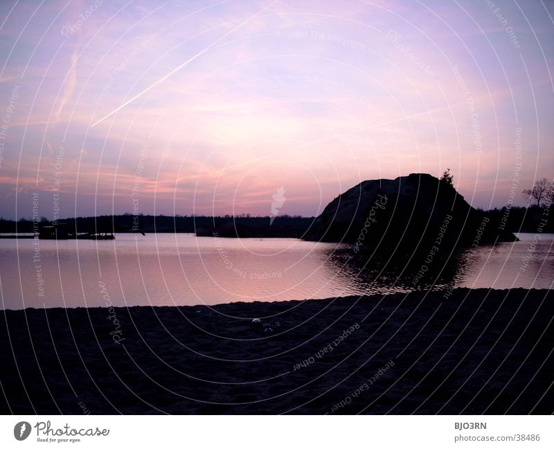 BETRETEN VERBOTEN! Himmel Wasser rot schwarz Berge u. Gebirge See rosa Romantik Hügel Industriefotografie Abenddämmerung Bagger Gewässer Baggersee Industriegelände