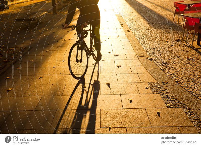 Fahrrad im Gegenlicht abend architektur berlin bürgersteig büro city deutschland dämmerung fahrrad fahrradweg hauptstadt haus himmel innenstadt mitte modern