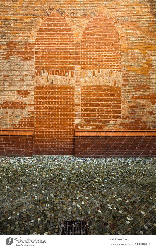 Friedrichwerdersche Kirche kirche mauer mauerwerk fenster tür tor zugemauert geschlossen verschlossen backstein backsteinbau bauwerk gebäude religion