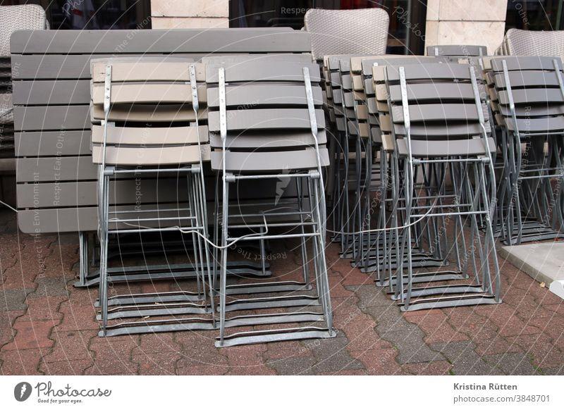 wegen lockdown zusammengeschlossene terrassenmöbel l corona thoughts stühle tische gestapelt schließung ausgangssperre coronavirus covid19 pandemie restaurant