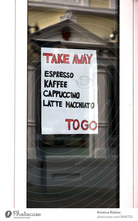 schild mit take away angebot im fenster eines lokals to go zum mitnehmen kaffee espresso cappuccino latte macchiato heißgetränke unterwegs außer haus