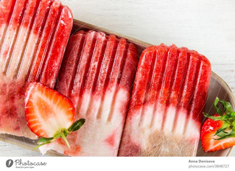 Hausgemachtes veganes Erdbeereis aus Erdbeersaft und Coc Eis am Stiel Erdbeeren Saft Himbeeren Paletas selbstgemacht Veganer Kokosnussmilch rustikal weiß