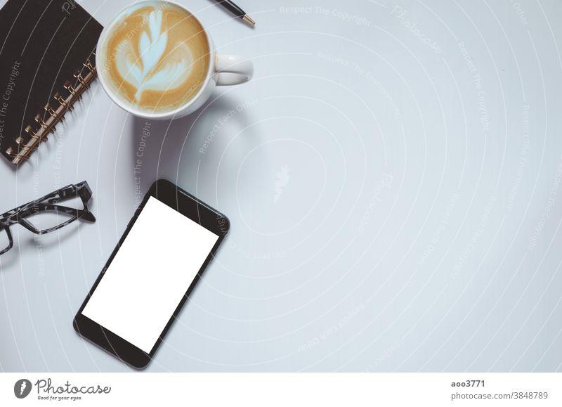 Draufsicht auf Smartphone und Notebook Schreibstift Büro nach oben Arbeit Business Attrappe Desktop Bildschirm Kopie Schreibtisch modern klug Raum weiß