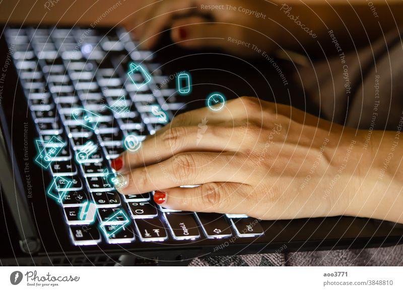 Frauenhände mit Tastatur-Computer Technik & Technologie Business Internet Laptop Keyboard online Mitteilung benutzend Arbeit Hand Büro Ikon Finanzen digital