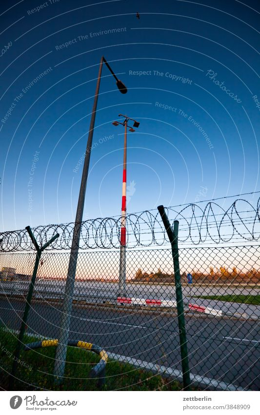 Flughafen Tegel, zwei Stunden vor der Schließung abend berlin flugbahn flughafen flugplatz himmel horizont linie menschenleer rollbahn scheinwerfer skyline