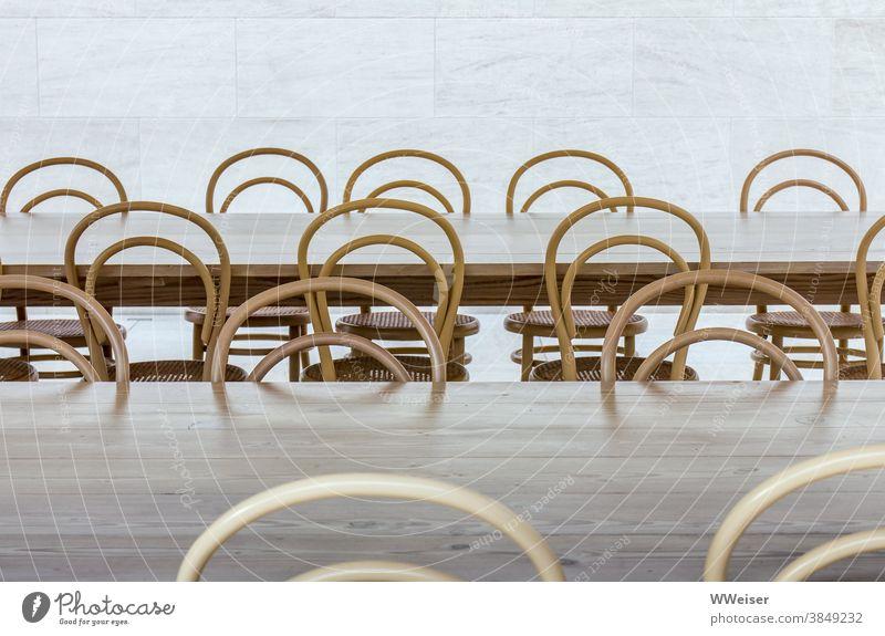 Hier haben sonst viele Menschen zusammen gesessen, jetzt sind die Stühle leer Stuhllehnen Tisch menschenleer verlassen verboten Corona Verbot Familie gemeinsam