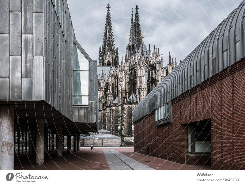 Kultur, Kunst und Kirche in Köln Dom Museum Museum Ludwig bewölkt Gewitter Straße Sehernswürdigkeiten Rhein Architektur Sehenswürdigkeit Wahrzeichen Kölner Dom