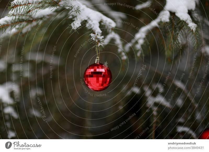 Weihnachtskugel mit einer Girlande, die am Weihnachtsbaum hängt. Frohe Weihnachten und einen guten Rutsch ins neue Jahr. Ball Ast hell Feier Dekor Design