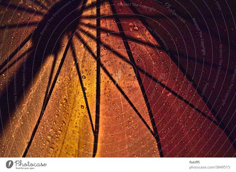 Regen bei Nacht, und der Schirm leuchtet Regenschirm nass Wetter Herbst Außenaufnahme leuchten Geborgenheit Wassertropfen Schutz Menschenleer