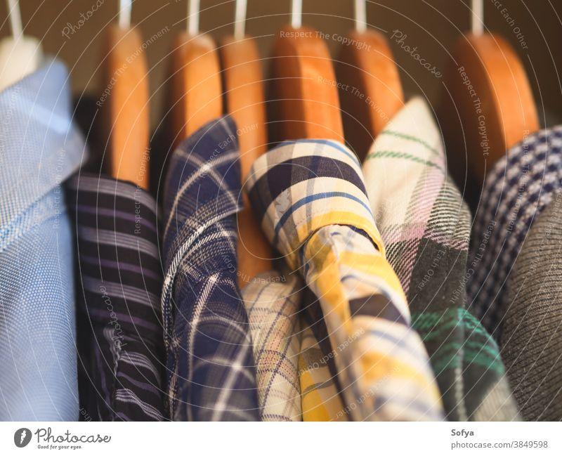 Männerschrank. Kleiderbügel mit Hemden in Nahaufnahme. Männliche Garderobe Kleiderschrank Mann Bekleidung männlich Winter Herbst fallen Mode ordentlich Kleidung