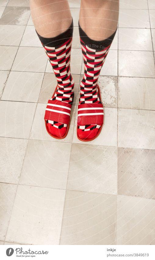 Happy Birthday, photocase! Farbfoto 1 Fuß gewagt parallel kariert gemustert stehen Socken Badelatschen häßlich rot weiß home stil anders schräg authentisch