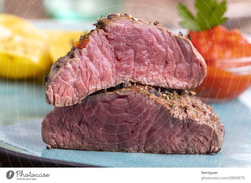 Pfeffersteak auf einem blauen Teller Rindersteak Steak Fleisch Essen Abendessen Rindfleischsteak gegrillt Sirloin Grill Tomate bbq frisch Filet saftig filet