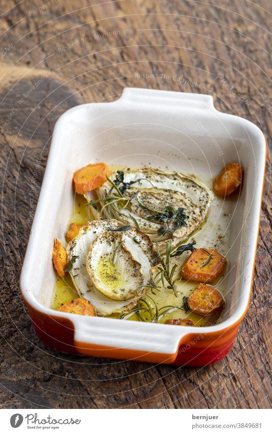gebratener Fenchel mit Karotten in Auflaufform Öl Olivenöl Möhre gesund Essen Wurzel natur gegrillt Gemüse geröstet vegetarisch Herbst Kochen Bio gebacken