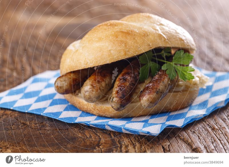 Nürnberger Würstchen im Brötchen Weckla Bratwurst Holz Brot Fleisch Bayern Essen Braten Kochen gegrillt Grill Schweinefleisch Oktoberfest Snack lecker