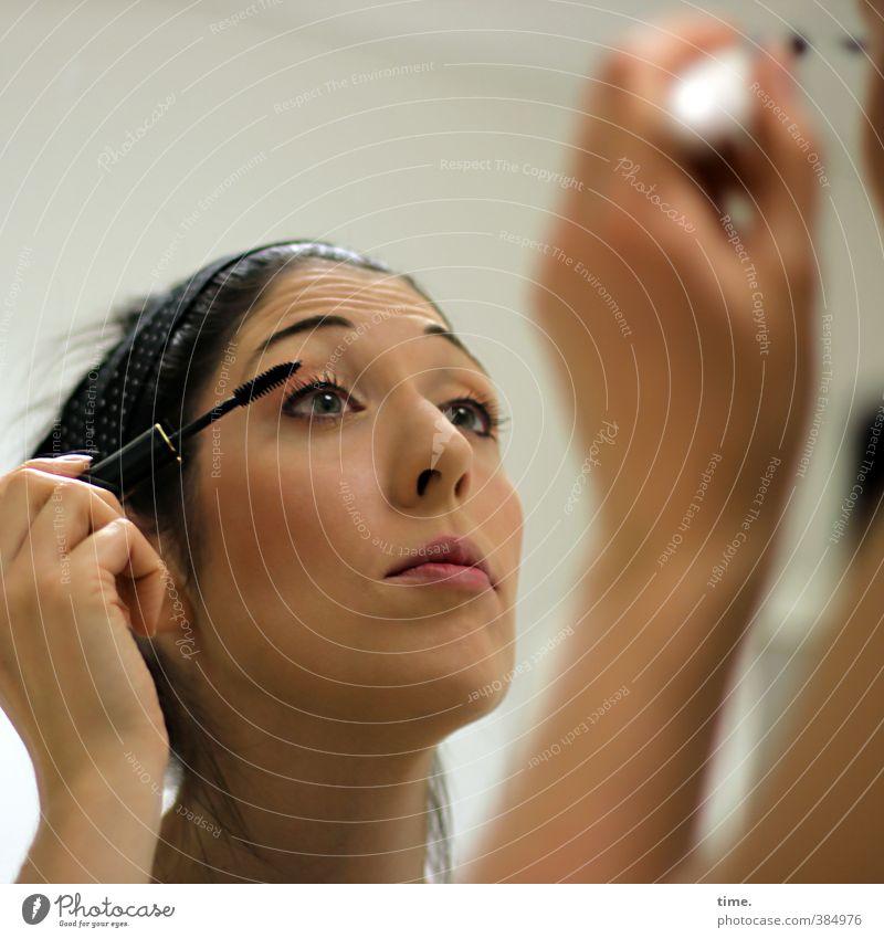 C. feminin Frau Erwachsene Kopf Gesicht Auge Nase Mund Hand 1 Mensch 18-30 Jahre Jugendliche Kajalstift Rouge schwarzhaarig beobachten Blick ästhetisch