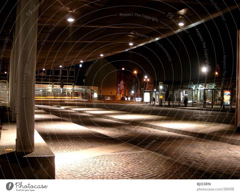 Lichtspiel dunkel hell Architektur Platz Station Bahnhof Bushaltestelle
