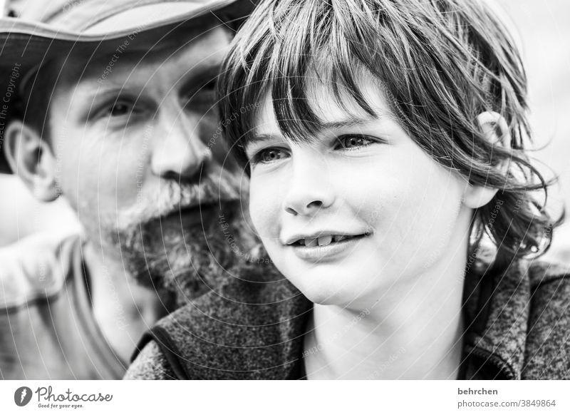 lieben Glück nachdenklich verträumt Gesicht Bart Kind Junge Warmherzigkeit Geborgenheit Vertrauen Porträt Detailaufnahme Licht Tag Sohn Liebe Zusammensein