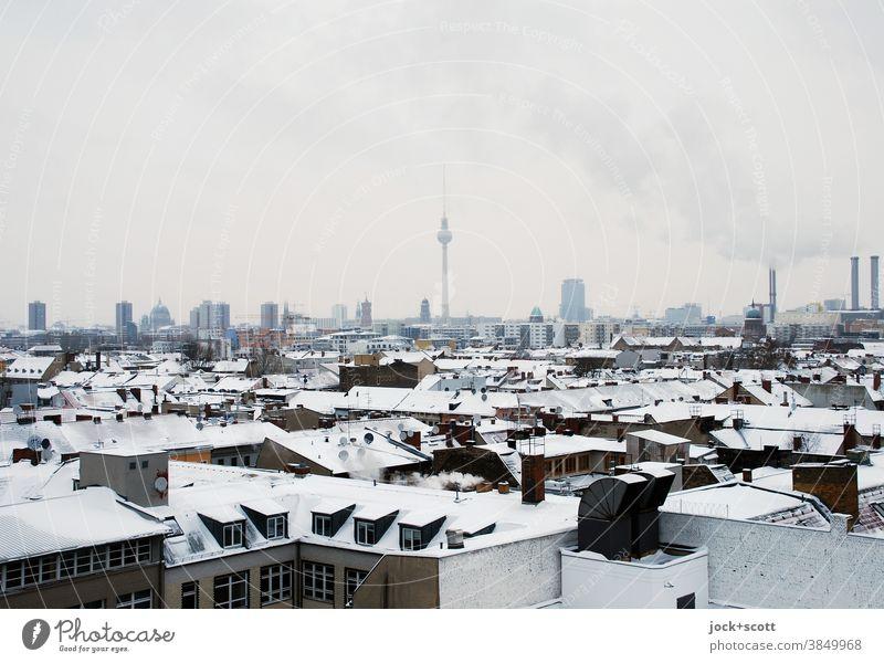 Kälte liegt in der großen Stadt Dachlandschaft Horizont Kreuzberg Winter Schnee Hauptstadt Berliner Fernsehturm kalt Stimmung Aussicht Silhouette