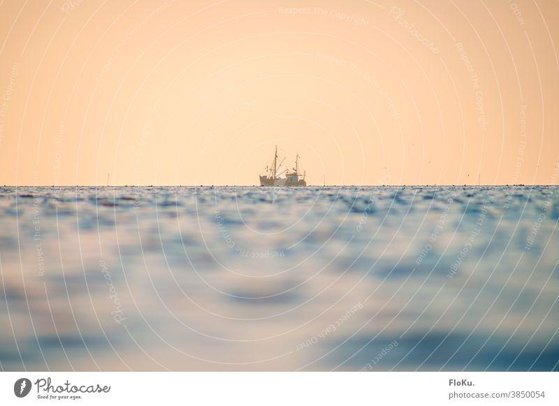Fischkutter auf der Nordsee im Abendlicht Sonnenuntergang Sonnenlicht Bootsfahrt Fischen Fischerei Fischerboot Reflexion & Spiegelung Ferne Farbfoto blau Himmel
