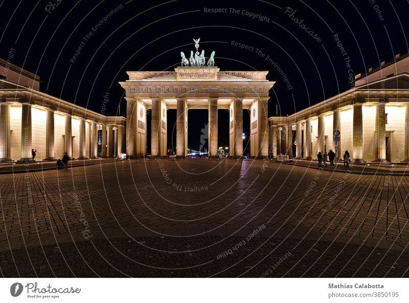 Brandenburger Tor bei Nacht mit Kunstlicht Deutschland Gate Berlin Denkmal berühmt Statue Kultur Symbol Wahrzeichen Architektur Kapital alt urban Ansicht