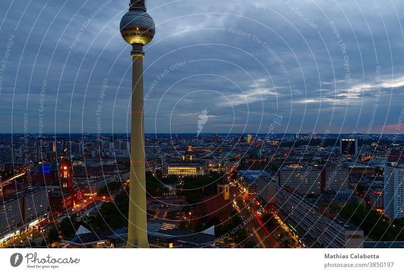 Berliner Fernsehturm bei Sonnenuntergang mit langer Belichtung fotografiert Nacht Skyline Turm Alexanderplatz Gebäude Großstadt Europa Deutschland Quadrat