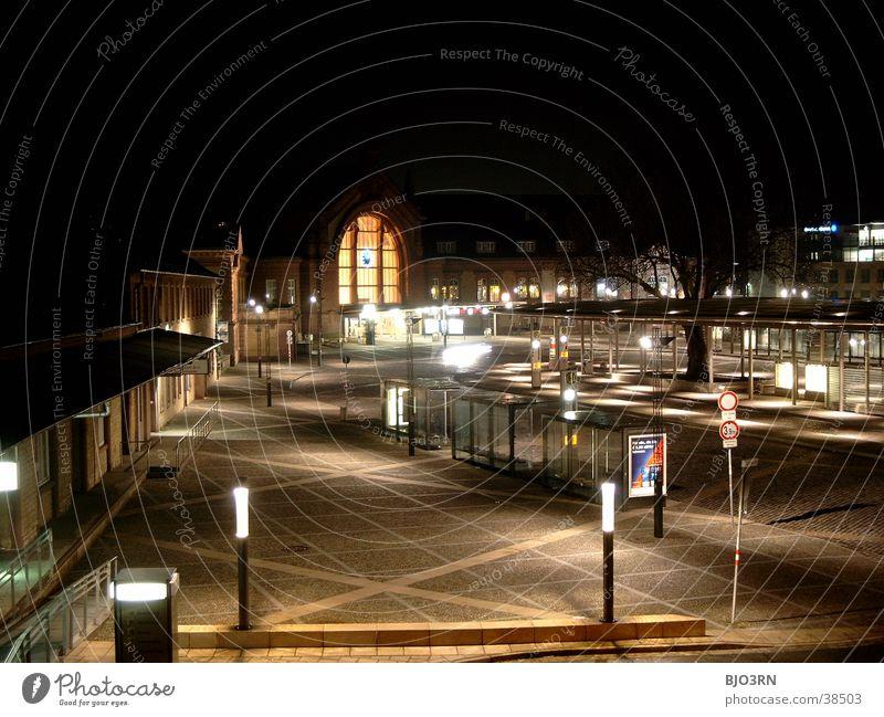 Bahnhofsvorplatz '01 dunkel Panorama (Aussicht) Laterne Lampe Platz Nacht Architektur bahnhofsvorplatz hell Eisenbahn Station Straße groß