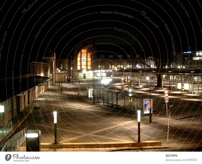 Bahnhofsvorplatz '01 Straße Lampe dunkel hell Architektur groß Eisenbahn Platz Station Laterne