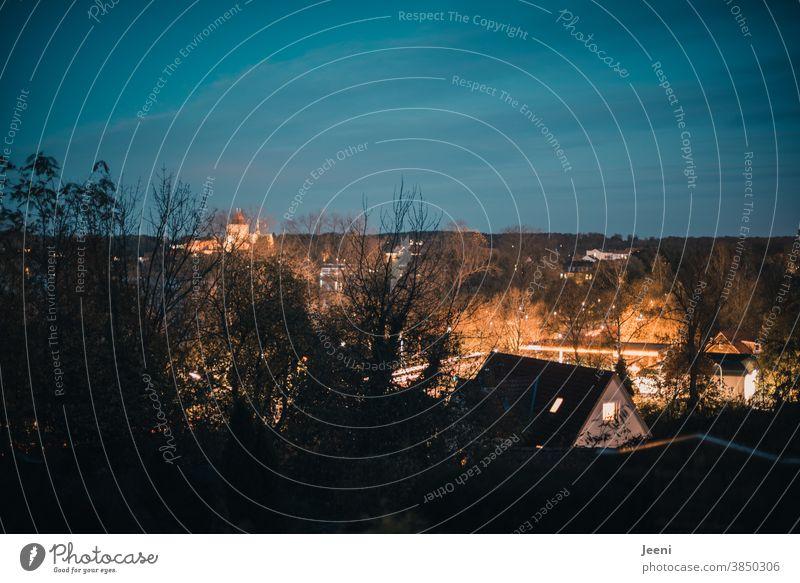 Lichter leuchten in der Abenddämmerung der Stadt Stadtzentrum blau blaue Stunde Dämmerung beleuchtet Straße Himmel Blauer Himmel Abendstimmung Abendlicht