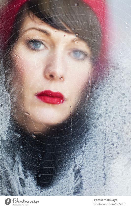 Frau mit roter Mütze Schminke Lippenstift Winter Mensch feminin Junge Frau Jugendliche Erwachsene Kopf Auge 1 18-30 Jahre Hut brünett Pony beobachten berühren