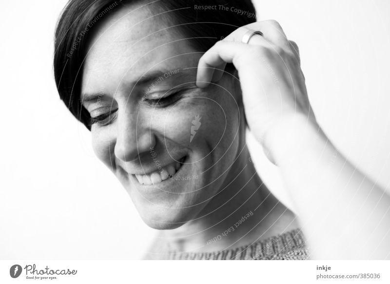 Think positive. Be kind always. Smile a lot. Do good. Frau Erwachsene Leben Gesicht Hand 1 Mensch 30-45 Jahre Ring schwarzhaarig kurzhaarig Scheitel Lächeln