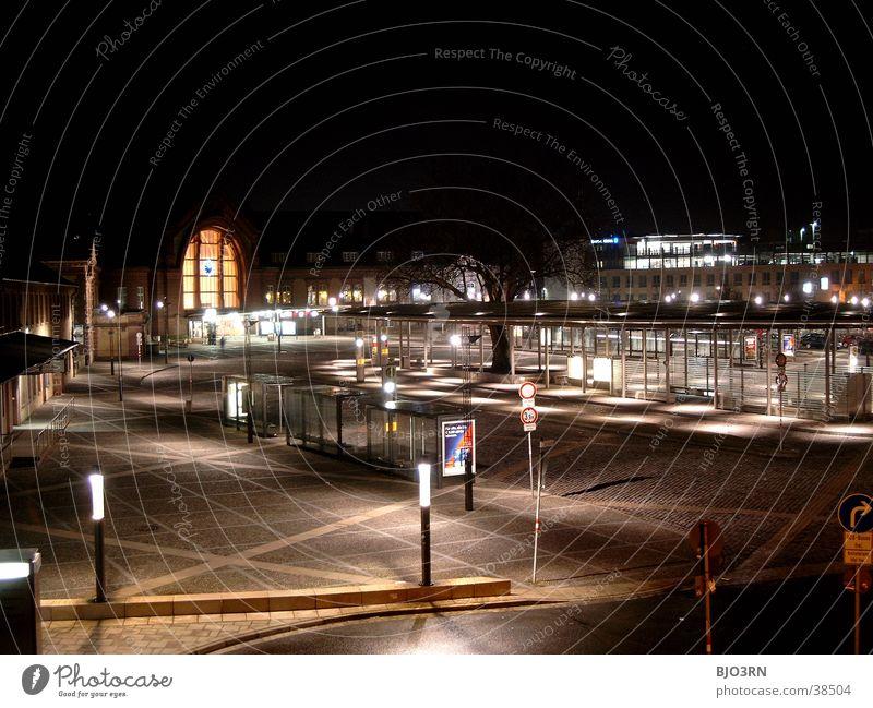 Bahnhofsvorplatz '02 Straße Lampe dunkel hell Architektur groß Eisenbahn Platz Station Laterne