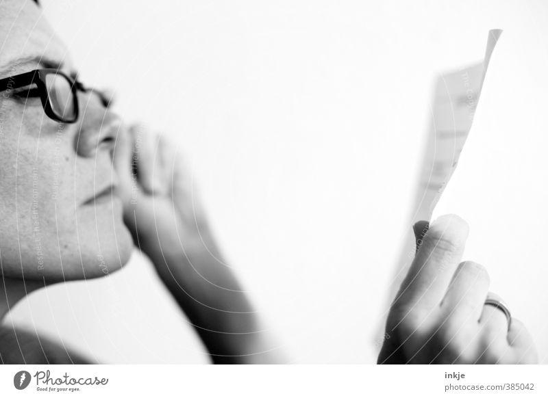 Kleingedrucktes Freizeit & Hobby lesen Bildung Erwachsenenbildung lernen Frau Leben Gesicht Hand 1 Mensch 30-45 Jahre Brille Papier Zettel Brief Lesebrille