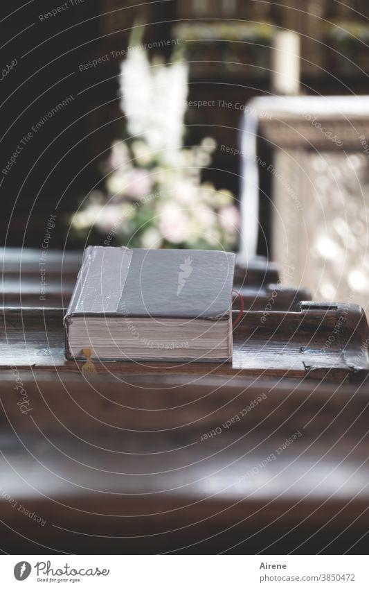 erbauliche Lektüre Gebetbuch Kirche Kirchenbank Gotteslob Liederbuch Gesangbuch beten Religion Christentum Gottesdienst Altar Blumenschmuck Gesteck Messe heilig