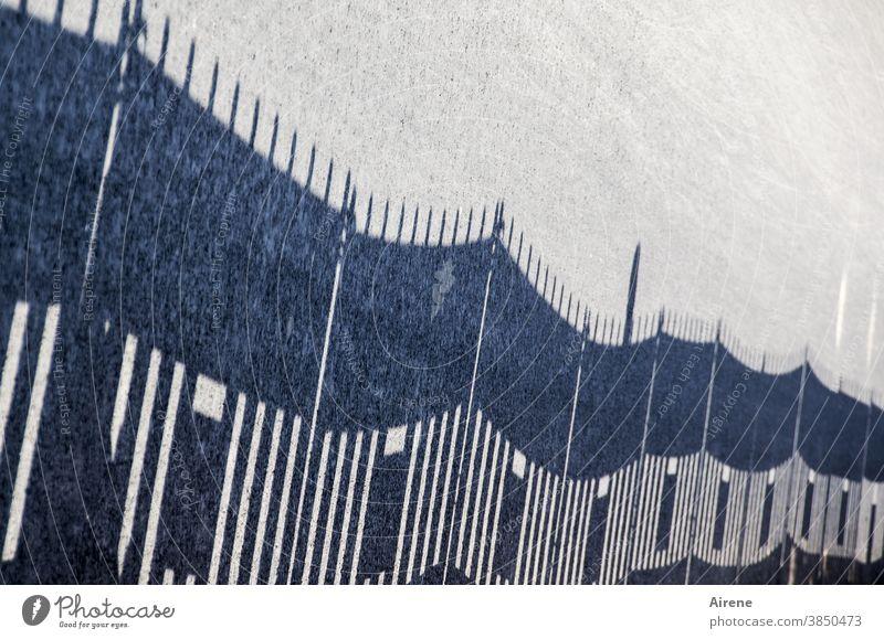 Zaun aufgerichtet Schatten Bauzaun farblos schwarzweiß Schattenwurf helldunkel Zaunpfähle Sperre abgesperrt zugesperrt ausgesperrt eingesperrt gefangen