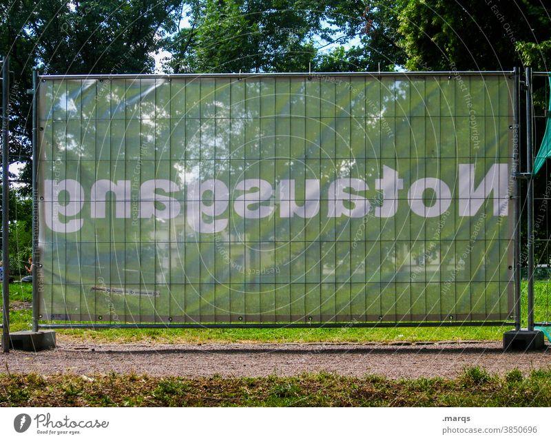 gnagsuatoN Notausgang Schriftzeichen banner grün weiß Absperrung Sichtschutz Wiese Veranstaltung exit Sicherheit Ausgang Zaun Fluchtweg