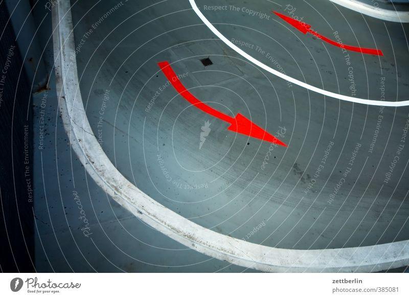 Pfeile again Stadt rot Architektur Gebäude Linie Verkehr Schilder & Markierungen Platz Hinweisschild Zeichen fahren Bauwerk Barriere Stadtzentrum Richtung Kurve