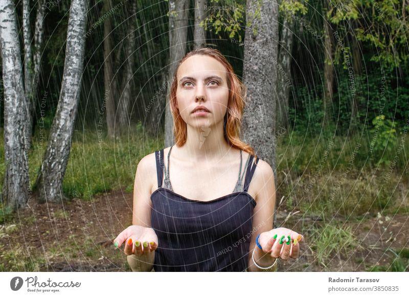 Porträt eines jungen schönen blonden Mädchens im Park im Regen im Freien Glück Erwachsener Frau Gesicht attraktiv Person Natur Lifestyle Sommer fallen Kaukasier