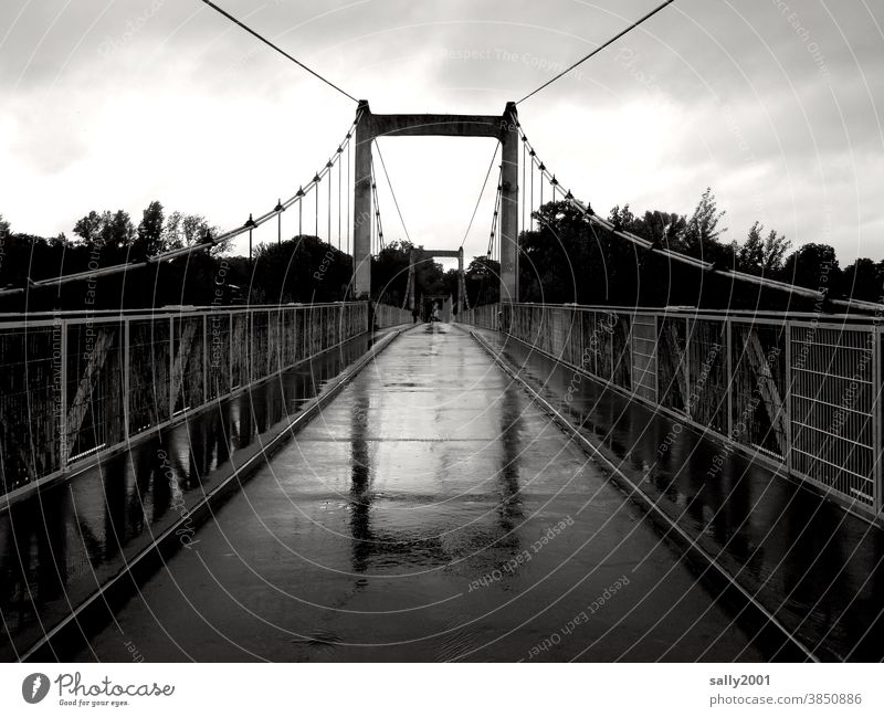 regnerische Überbrückung... Brücke Regen Fußgängerbrücke Geländer Hängebrücke Asphalt schmal schlechtes Wetter nass Spiegelung Reflexion & Spiegelung