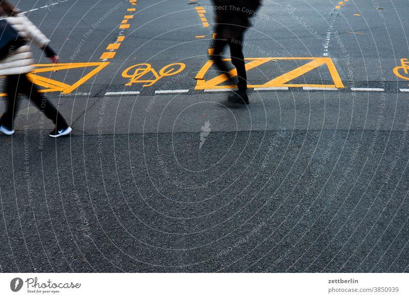 Fußgänger in der Fußgängerzone Friedrichstraße, Berlin asphalt ecke fahrbahnmarkierung fahrradweg hinweis kante kurve linie links navi navigation orientierung