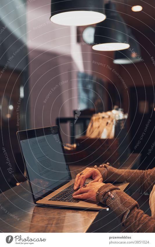 Frau arbeitet aus der Ferne an ihrem Laptop-Computer und verwaltet ihre Arbeit in einem Café Business Kaukasier Kaffee Anschluss nachdenken Schreibtisch