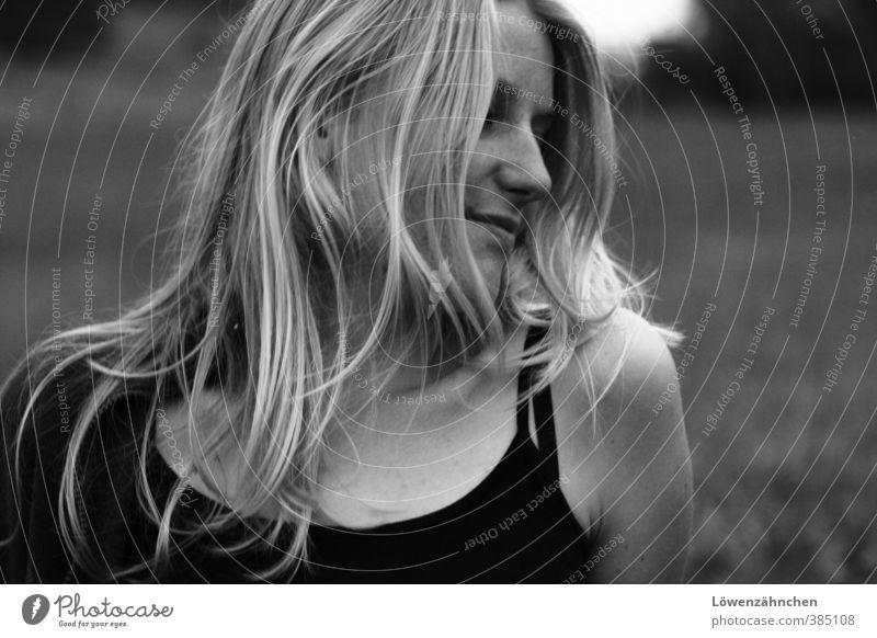 Woran denkst du? Mensch Jugendliche Einsamkeit Junge Frau schwarz 18-30 Jahre Gesicht Erwachsene Wiese Gefühle Traurigkeit feminin Denken natürlich hell blond