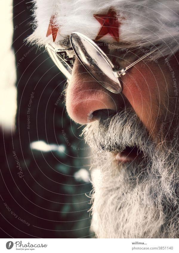 Der Weihnachtsmann und seine Gedanken an Sozialhilfe Porträt Brille Bart Gesicht Weihnachten Rauschebart weißhaarig Vollbart Nikolaus Mann Weihnachten & Advent