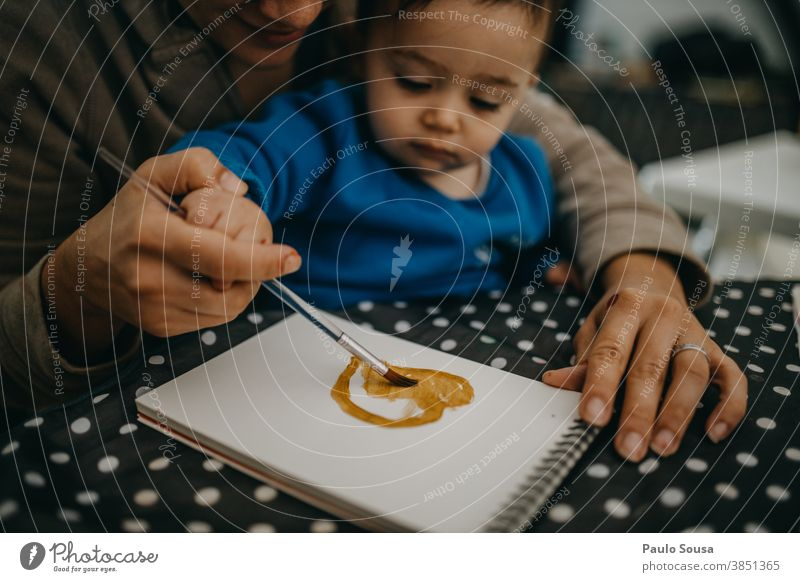 Mutter und Kleinkind malen zu Hause 0-09 Jahre 30-39 Jahre Lernen und Wissen Lifestyle anhänglich authentisch Herbst fürsorglich lässig Kaukasier Kind Farbe