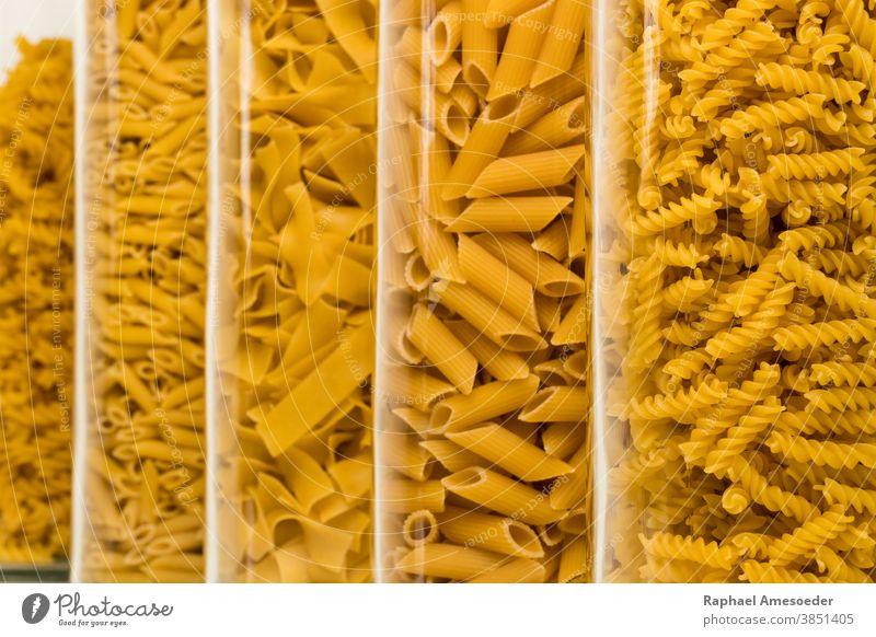 Nudelsorten gefüllt in hohen Gläsern, Atelieraufnahme sortiert Kasten Kalorien Kohlenhydrat Nahaufnahme Sammlung Koch Essen zubereiten Küche kulinarisch