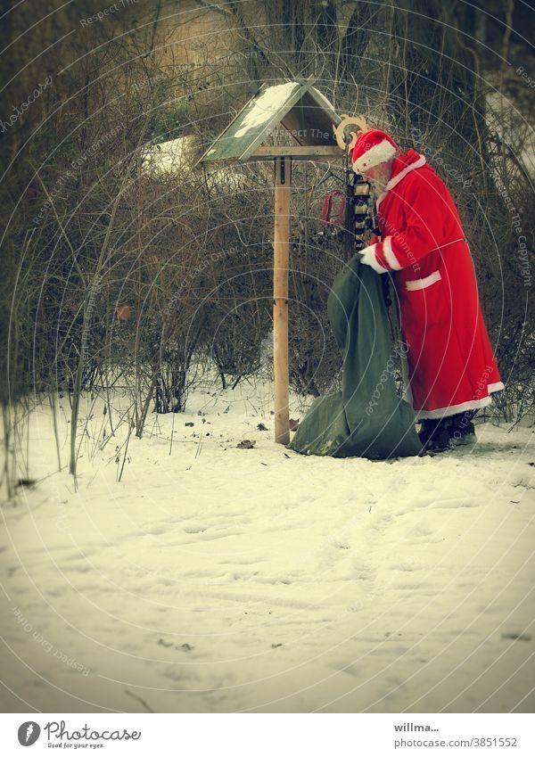 der weihnachtsmann ist gut zu vögeln Weihnachtsmann Sack Vogelhäuschen füttern Geschenke Schnee winterlich Weihnachten Vögel füttern Mission weihnachtsmannmütze
