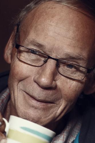 vorsicht, heiß! (teil 1) Senior Mann freundlich lächeln Opa lieb Güte Brille Brilenträger Freundlichkeit Tasse Kaffee trinken Glück Zufriedenheit Rentner