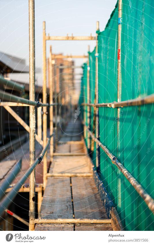 Kunst am Bau | Gangway Gerüst Baustelle Baugerüst Menschenleer Außenaufnahme Übergang Gebäude Renovieren Farbfoto Architektur Arbeit & Erwerbstätigkeit Sanieren